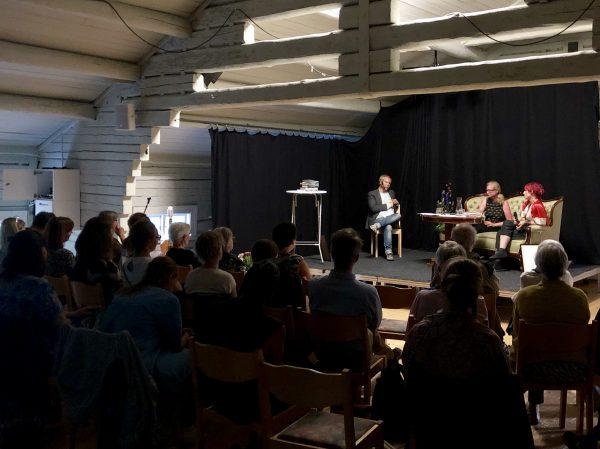 Sällskapets ordförande David Väyrynen intervjuar pristagarna